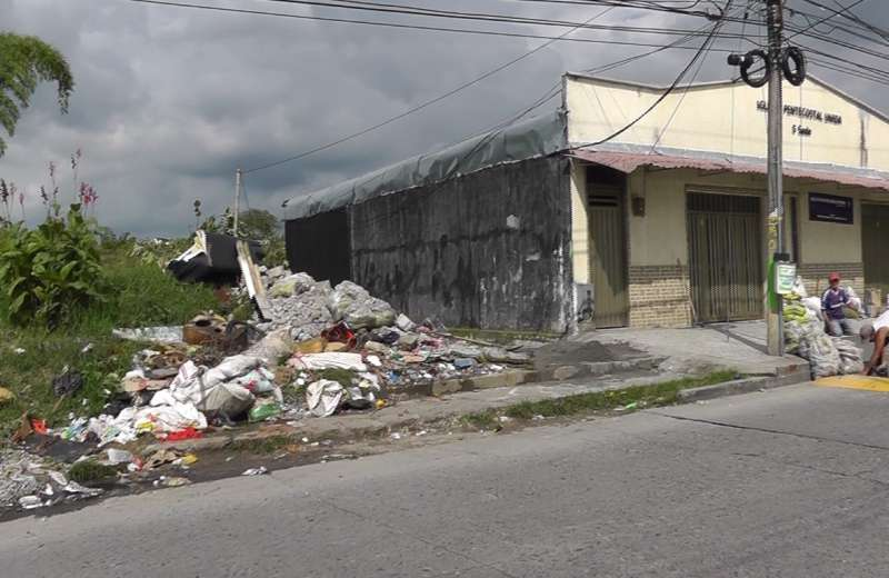 Problemas de basuras en lote abandonado