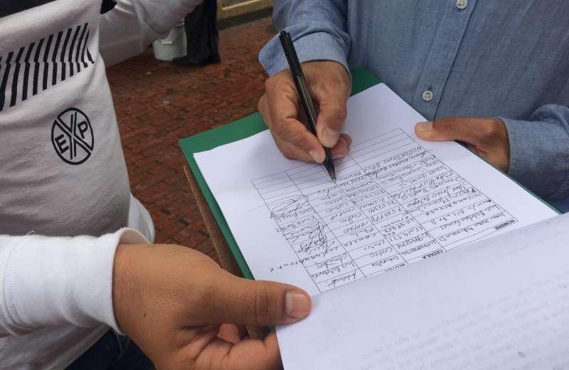 Firmatón en solidaridad con el policía que tuvo que usar su arma de dotación para defenderse
