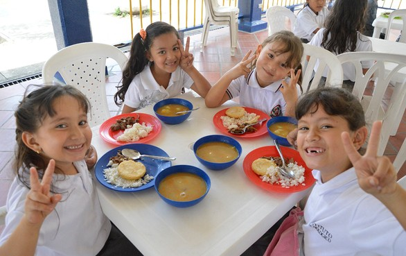 Vuelve el almuerzo a la mesa de los niños escolares