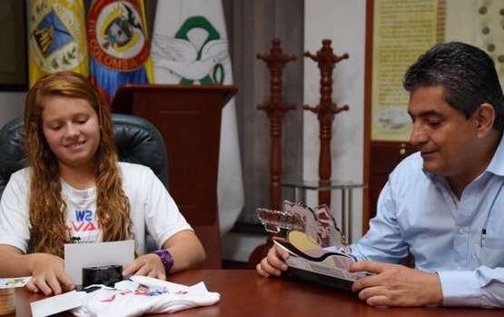 La bicicrosista Silvana Muñoz estuvo de visita en el despacho del gobernador